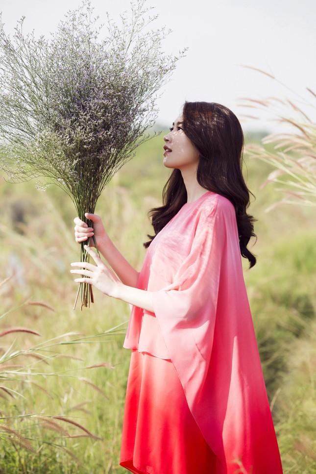 Hoa hậu Thu Thảo đẹp như 'tiên nữ' giữa cánh đồng hoa ảnh 3