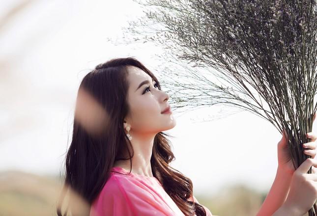 Hoa hậu Thu Thảo đẹp như 'tiên nữ' giữa cánh đồng hoa ảnh 12