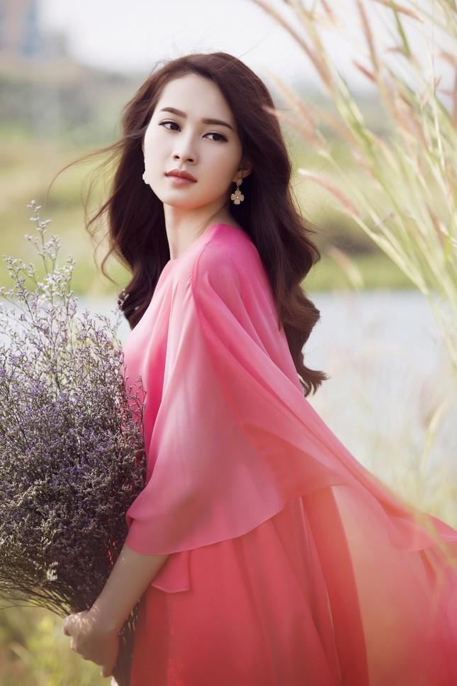 Hoa hậu Thu Thảo đẹp như 'tiên nữ' giữa cánh đồng hoa ảnh 2