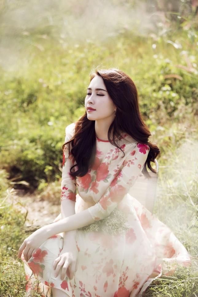 Hoa hậu Thu Thảo đẹp như 'tiên nữ' giữa cánh đồng hoa ảnh 10