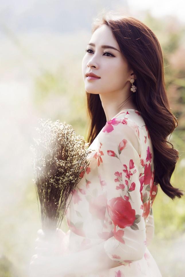 Hoa hậu Thu Thảo đẹp như 'tiên nữ' giữa cánh đồng hoa ảnh 5