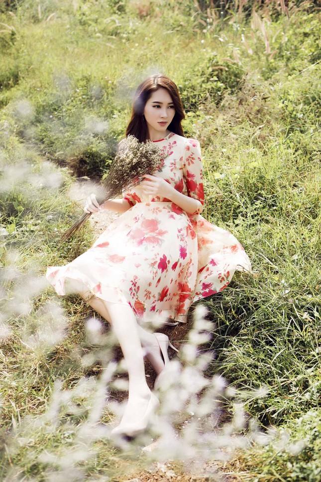 Hoa hậu Thu Thảo đẹp như 'tiên nữ' giữa cánh đồng hoa ảnh 8