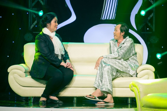 Danh hài Hoài Linh quỳ gối cầu hôn nghệ sỹ Hồng Vân ảnh 2