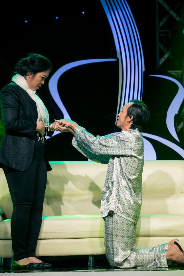 Danh hài Hoài Linh quỳ gối cầu hôn nghệ sỹ Hồng Vân ảnh 4