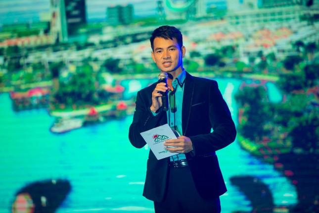 Danh hài Hoài Linh quỳ gối cầu hôn nghệ sỹ Hồng Vân ảnh 11