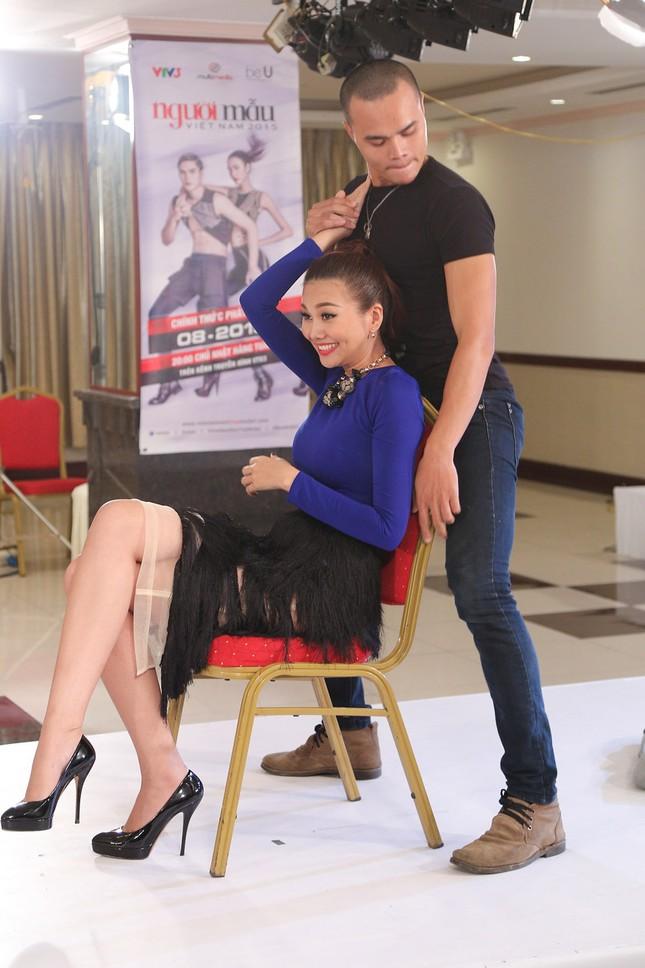 Thí sinh Next Top Model bế thốc Thanh Hằng trên sân khấu ảnh 5