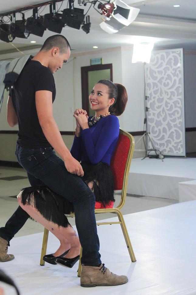 Thí sinh Next Top Model bế thốc Thanh Hằng trên sân khấu ảnh 2