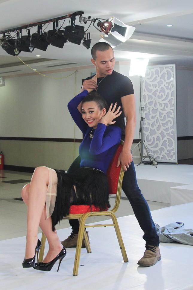 Thí sinh Next Top Model bế thốc Thanh Hằng trên sân khấu ảnh 4