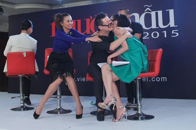Thí sinh Next Top Model bế thốc Thanh Hằng trên sân khấu ảnh 8