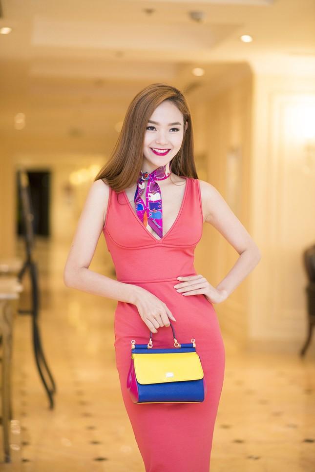 Minh Hằng khoe khéo vòng một sexy với váy hồng rực ảnh 4