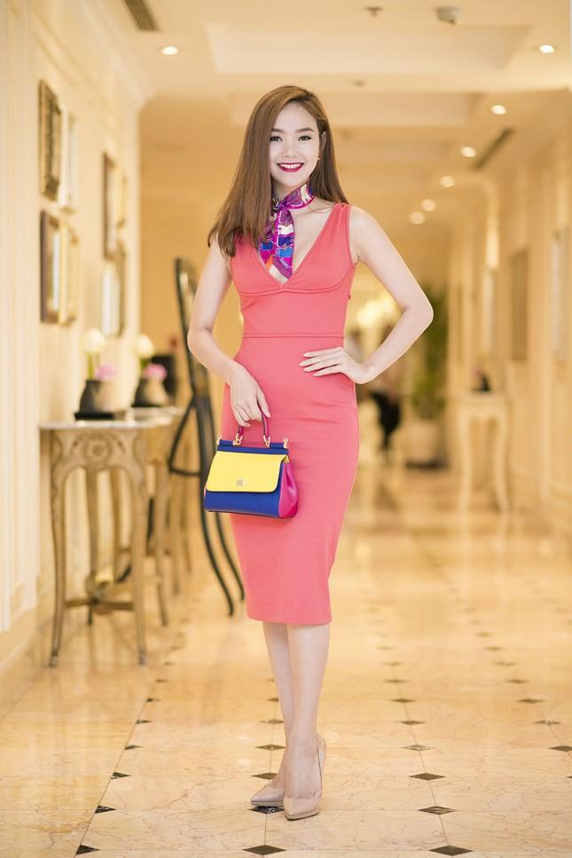 Minh Hằng khoe khéo vòng một sexy với váy hồng rực ảnh 6