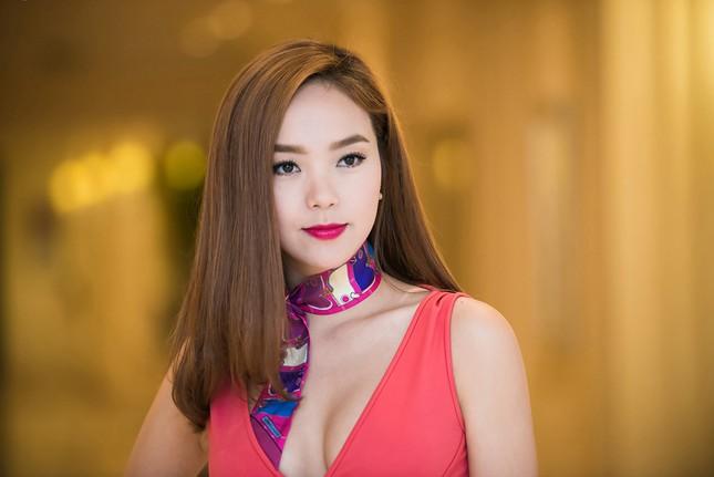 Minh Hằng khoe khéo vòng một sexy với váy hồng rực ảnh 9
