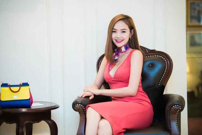 Minh Hằng khoe khéo vòng một sexy với váy hồng rực ảnh 8