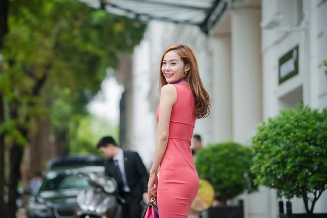 Minh Hằng khoe khéo vòng một sexy với váy hồng rực ảnh 2