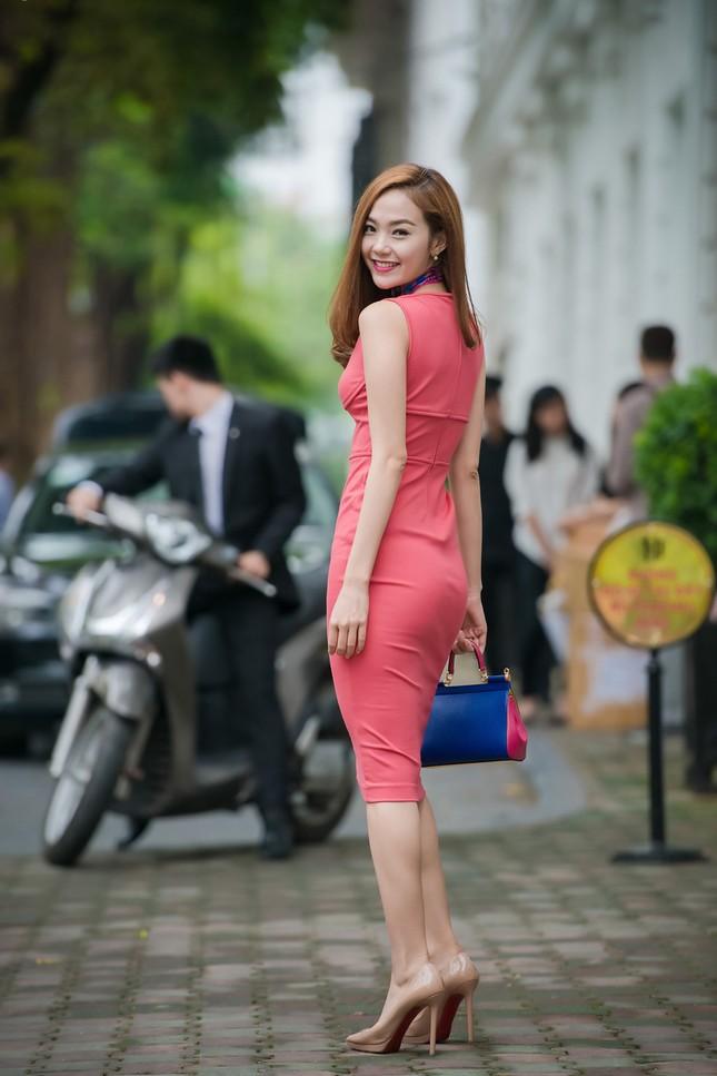 Minh Hằng khoe khéo vòng một sexy với váy hồng rực ảnh 3