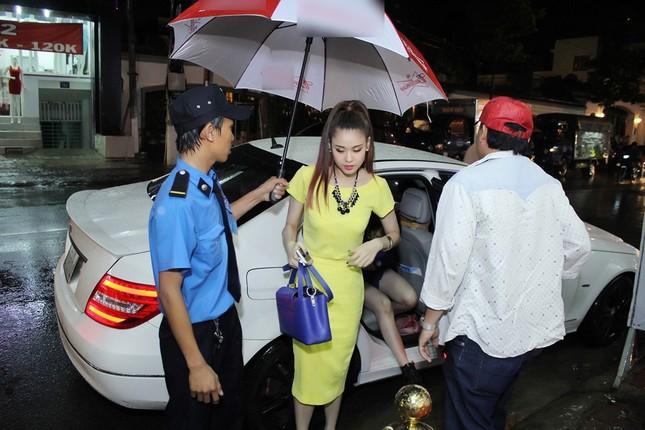 Trương Quỳnh Anh đội mưa đi diễn một mình ảnh 1