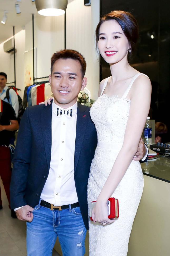 Thu Thảo khoe vai trần quyến rũ với váy ren trắng ảnh 2