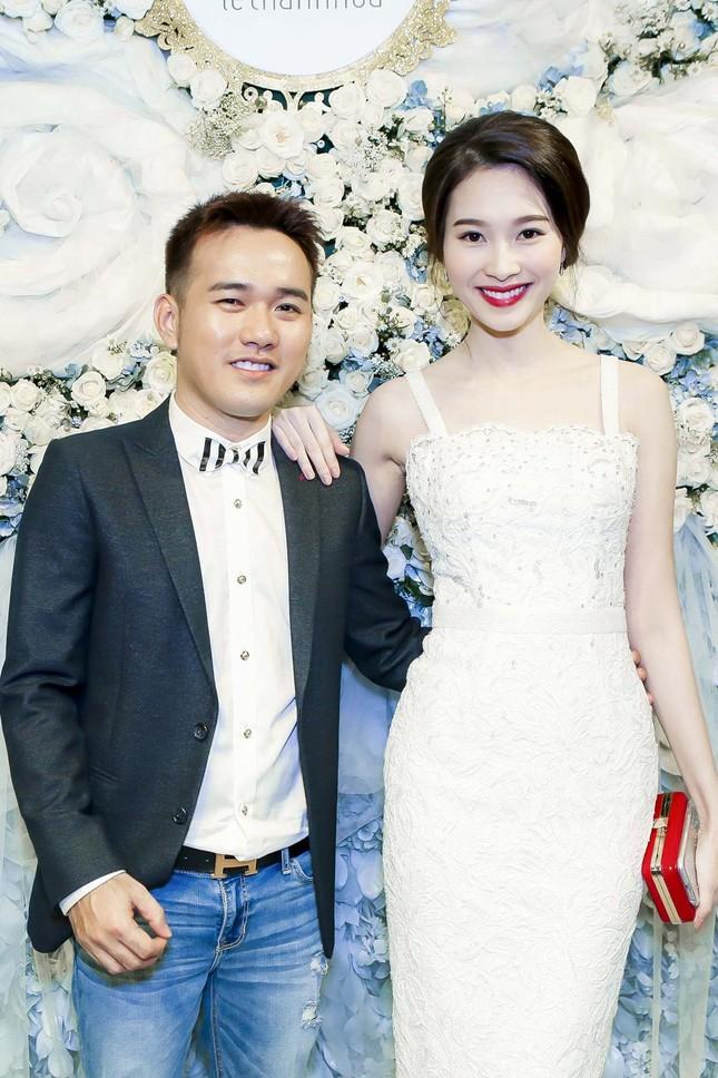 Thu Thảo khoe vai trần quyến rũ với váy ren trắng ảnh 1