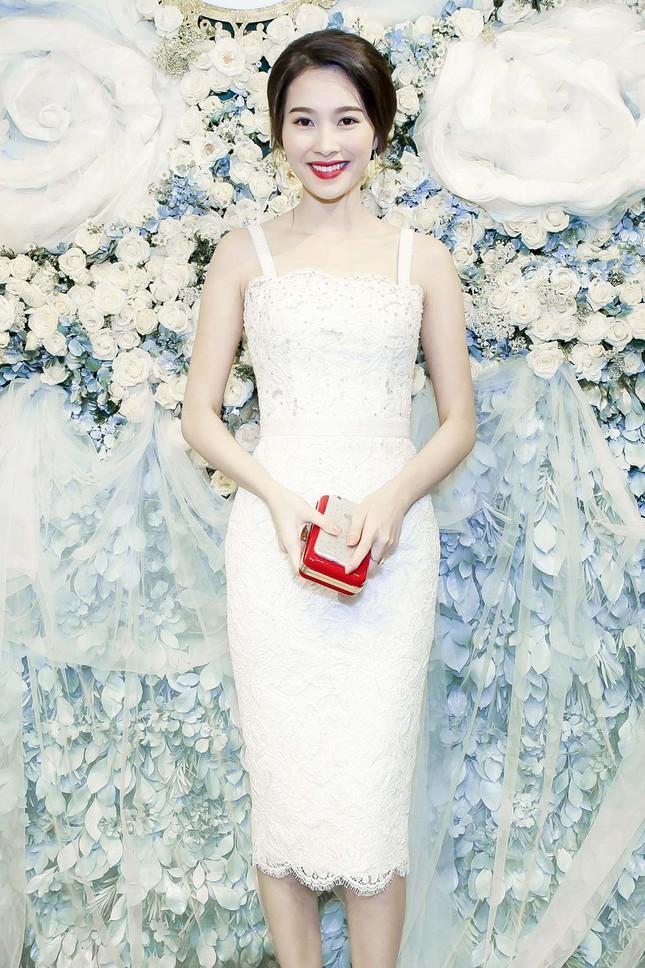 Thu Thảo khoe vai trần quyến rũ với váy ren trắng ảnh 5