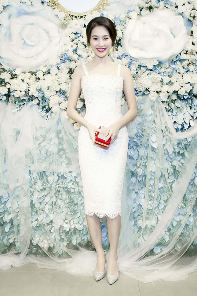 Thu Thảo khoe vai trần quyến rũ với váy ren trắng ảnh 4