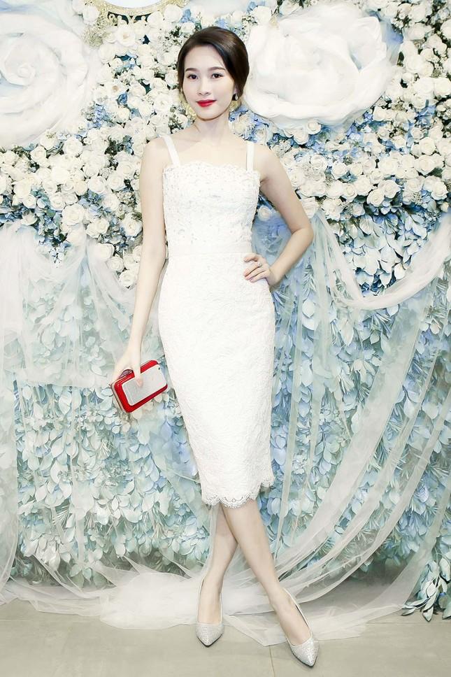 Thu Thảo khoe vai trần quyến rũ với váy ren trắng ảnh 3