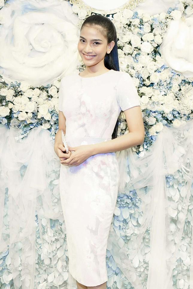 Thu Thảo khoe vai trần quyến rũ với váy ren trắng ảnh 7