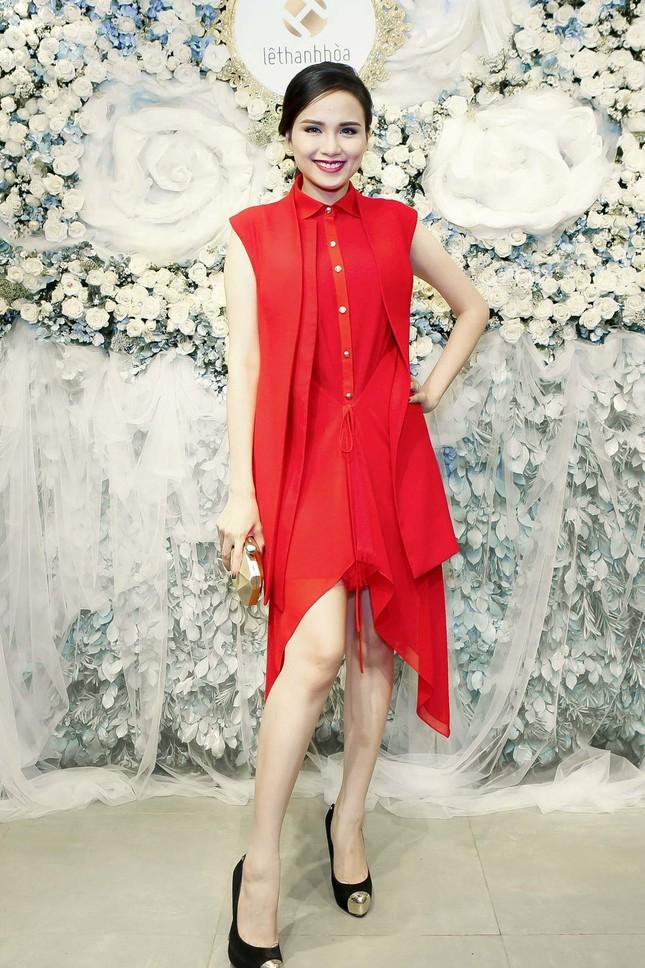 Thu Thảo khoe vai trần quyến rũ với váy ren trắng ảnh 9