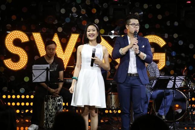 Đinh Mạnh Ninh ôm chặt Vũ Hạnh Nguyên trong tiệc sinh nhật ảnh 1
