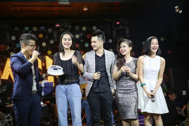Đinh Mạnh Ninh ôm chặt Vũ Hạnh Nguyên trong tiệc sinh nhật ảnh 7