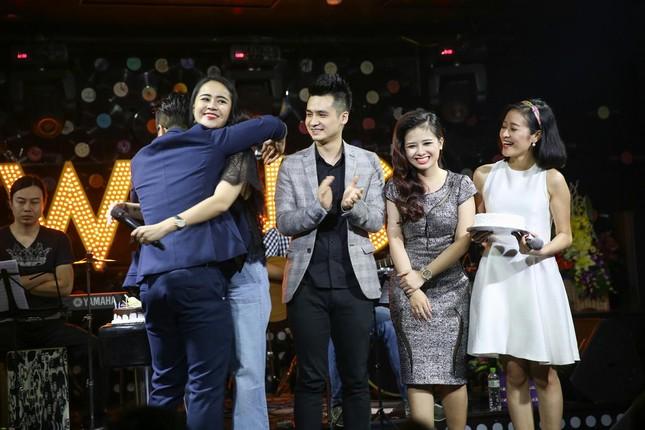 Đinh Mạnh Ninh ôm chặt Vũ Hạnh Nguyên trong tiệc sinh nhật ảnh 8