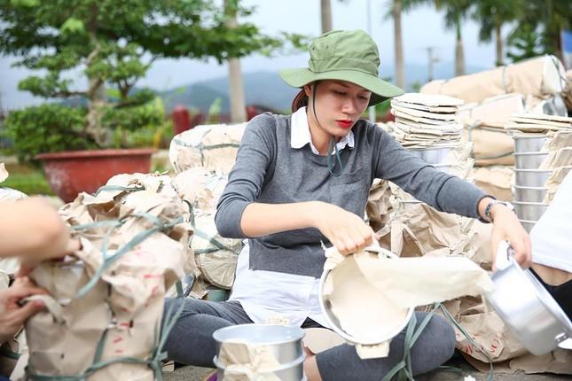 Trang Trần mang bầu 6 tháng vẫn đi làm từ thiện ảnh 5