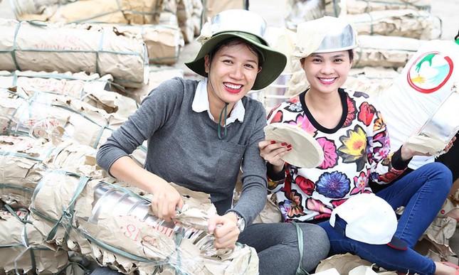 Trang Trần mang bầu 6 tháng vẫn đi làm từ thiện ảnh 3