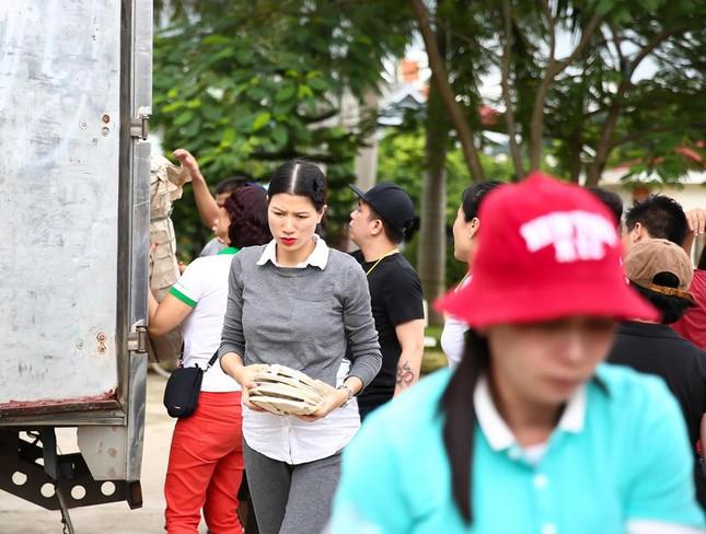 Trang Trần mang bầu 6 tháng vẫn đi làm từ thiện ảnh 7