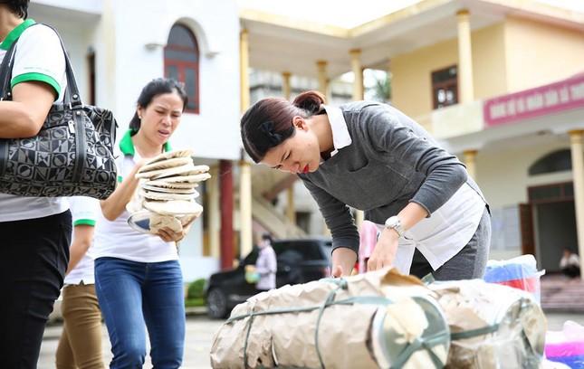 Trang Trần mang bầu 6 tháng vẫn đi làm từ thiện ảnh 8