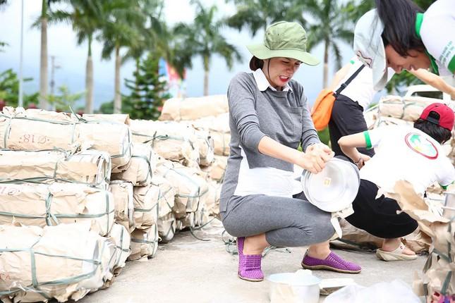 Trang Trần mang bầu 6 tháng vẫn đi làm từ thiện ảnh 4