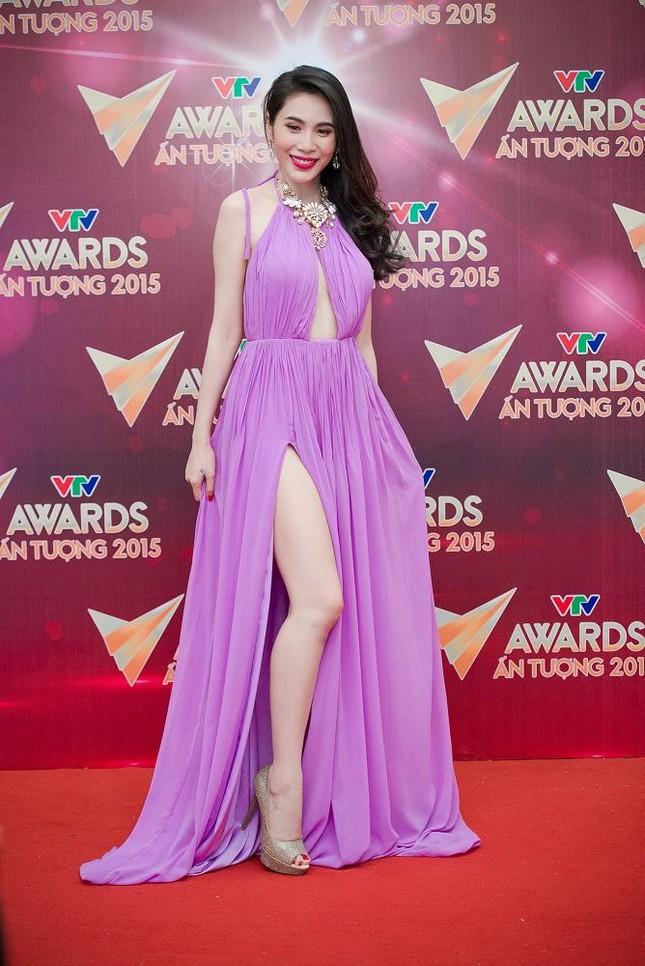 Thủy Tiên mặc váy hở bạo 'thả rông' vòng một trên thảm đỏ ảnh 2