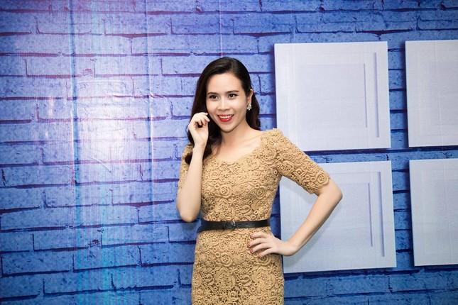 Lưu Hương Giang, Cẩm Ly khoe dáng e ấp với áo dài ảnh 1