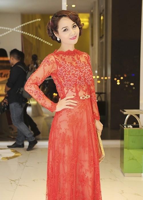 Trần Thị Quỳnh khoe vai trần quyến rũ bên Mai Thu Huyền ảnh 6