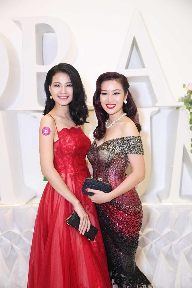 Trần Thị Quỳnh khoe vai trần quyến rũ bên Mai Thu Huyền ảnh 8