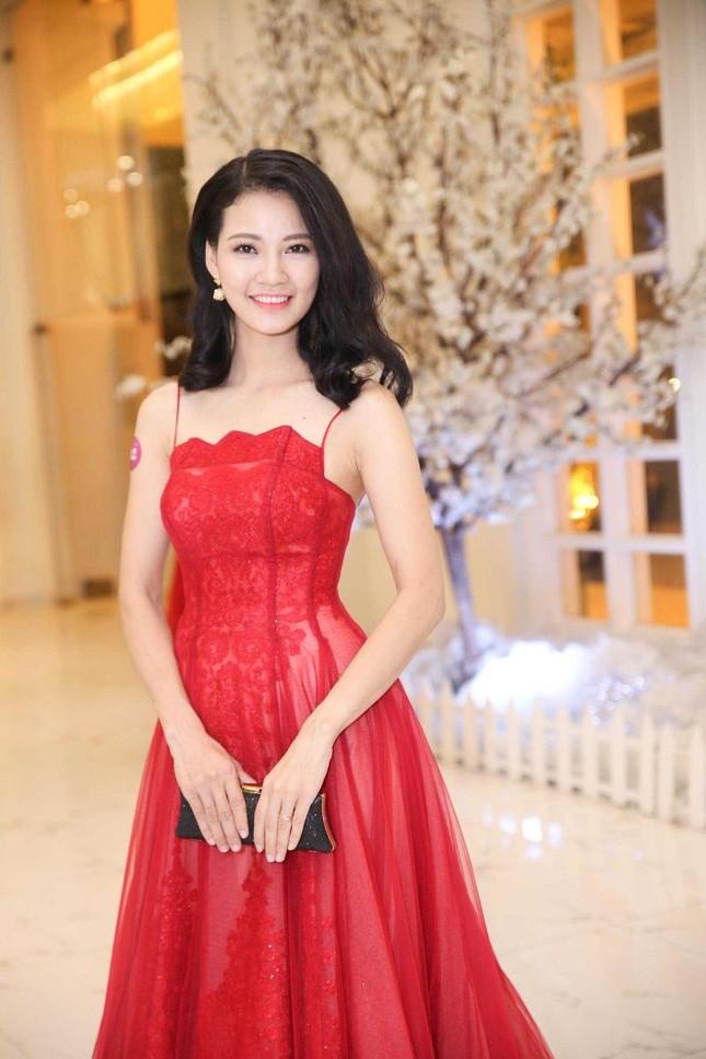 Trần Thị Quỳnh khoe vai trần quyến rũ bên Mai Thu Huyền ảnh 1