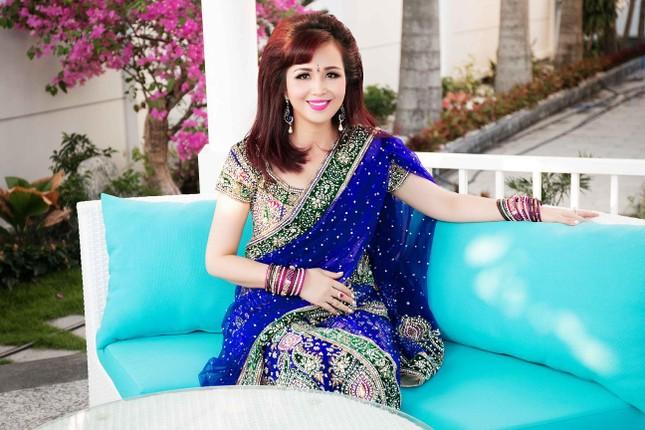 Hoa hậu Diệu Hoa mặc váy Ấn Độ đi dự tiệc cùng chồng ảnh 1