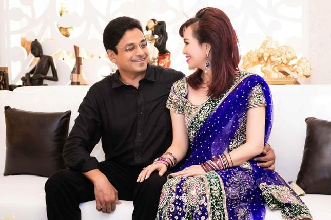 Hoa hậu Diệu Hoa mặc váy Ấn Độ đi dự tiệc cùng chồng ảnh 6