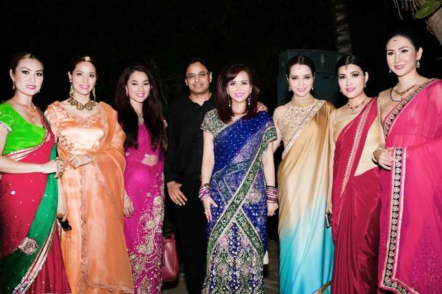 Hoa hậu Diệu Hoa mặc váy Ấn Độ đi dự tiệc cùng chồng ảnh 9