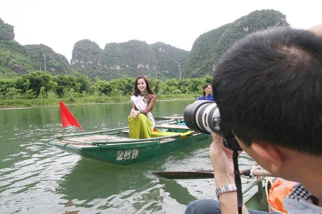 Top 5 Hoa hậu Vũ Ngọc Anh mặc áo dài ngồi thuyền tạo dáng ảnh 6