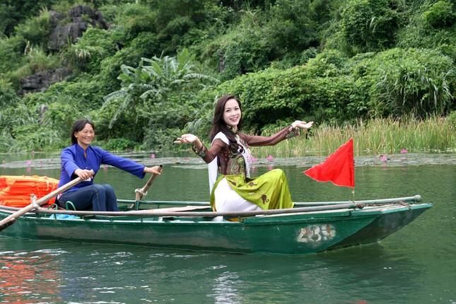 Top 5 Hoa hậu Vũ Ngọc Anh mặc áo dài ngồi thuyền tạo dáng ảnh 7