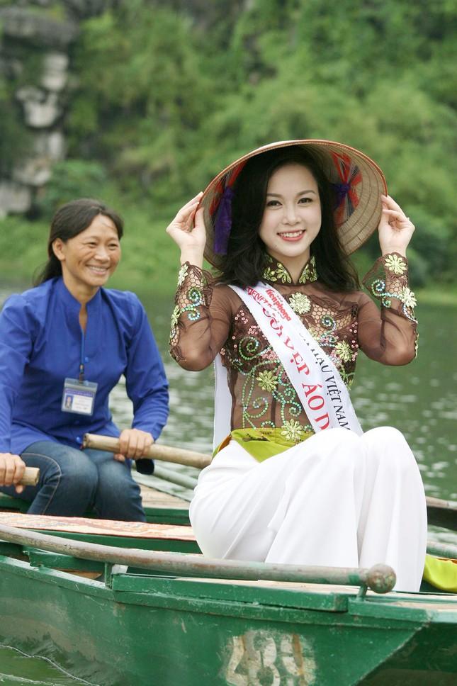 Top 5 Hoa hậu Vũ Ngọc Anh mặc áo dài ngồi thuyền tạo dáng ảnh 3