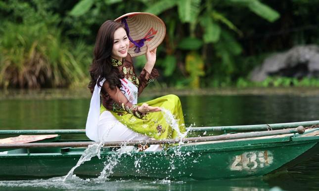Top 5 Hoa hậu Vũ Ngọc Anh mặc áo dài ngồi thuyền tạo dáng ảnh 8