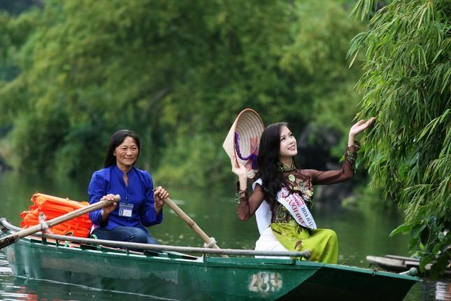 Top 5 Hoa hậu Vũ Ngọc Anh mặc áo dài ngồi thuyền tạo dáng ảnh 4