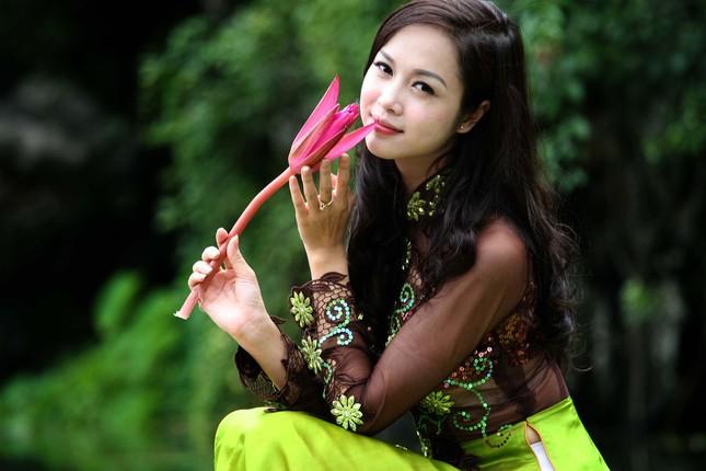 Top 5 Hoa hậu Vũ Ngọc Anh mặc áo dài ngồi thuyền tạo dáng ảnh 5