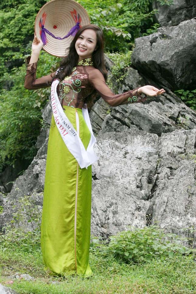 Top 5 Hoa hậu Vũ Ngọc Anh mặc áo dài ngồi thuyền tạo dáng ảnh 1